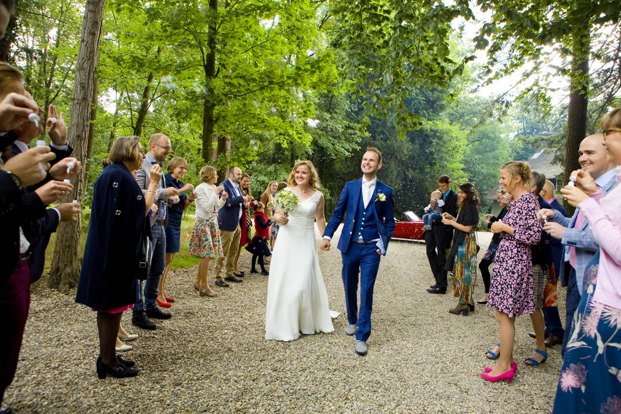 Bruidsfotografie bruiloft aankomst bruidspaar erehaag gasten Dutch Amersfoort