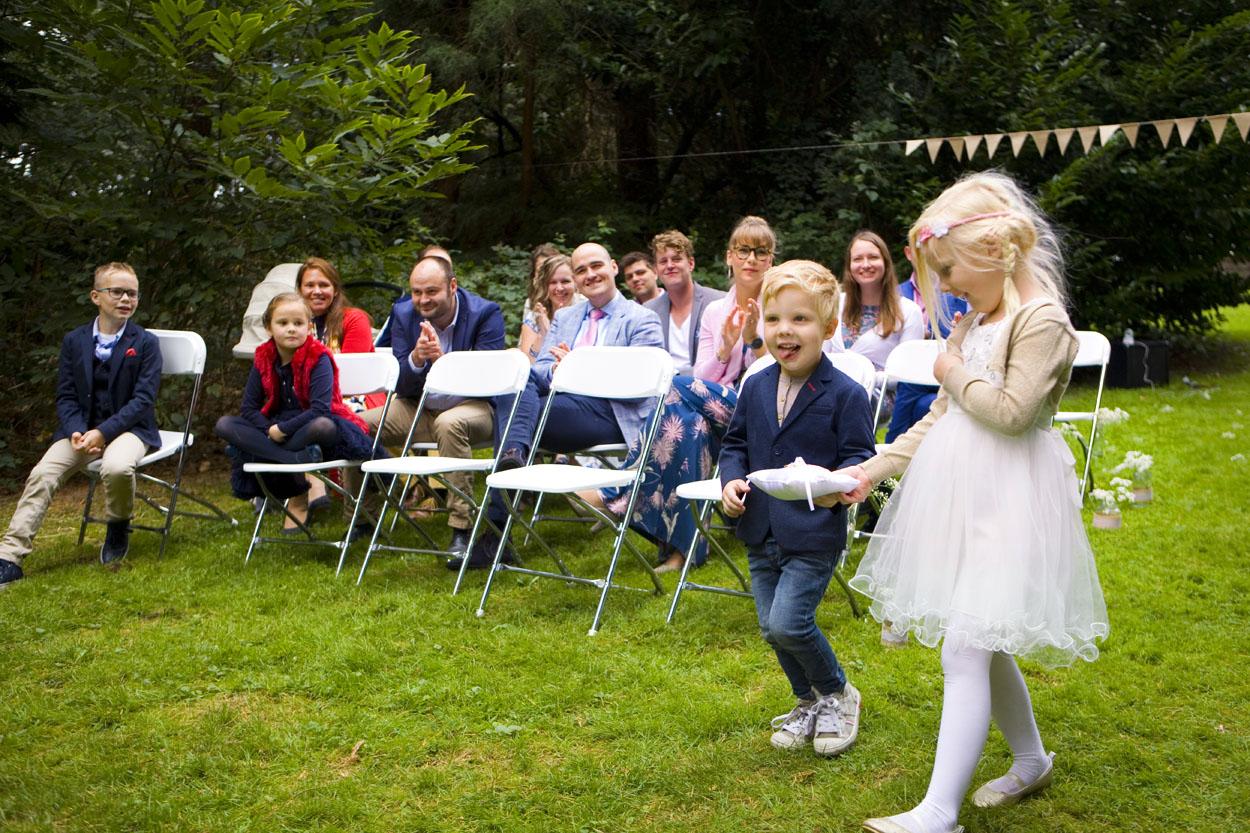 Bruidsfotografie bruiloft gasten ceremonie bruidskinderen Dutch Amersfoort
