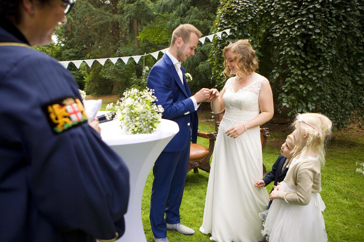 Bruidsfotografie bruiloft ceremonie ringen uitwisselen Dutch Amersfoort
