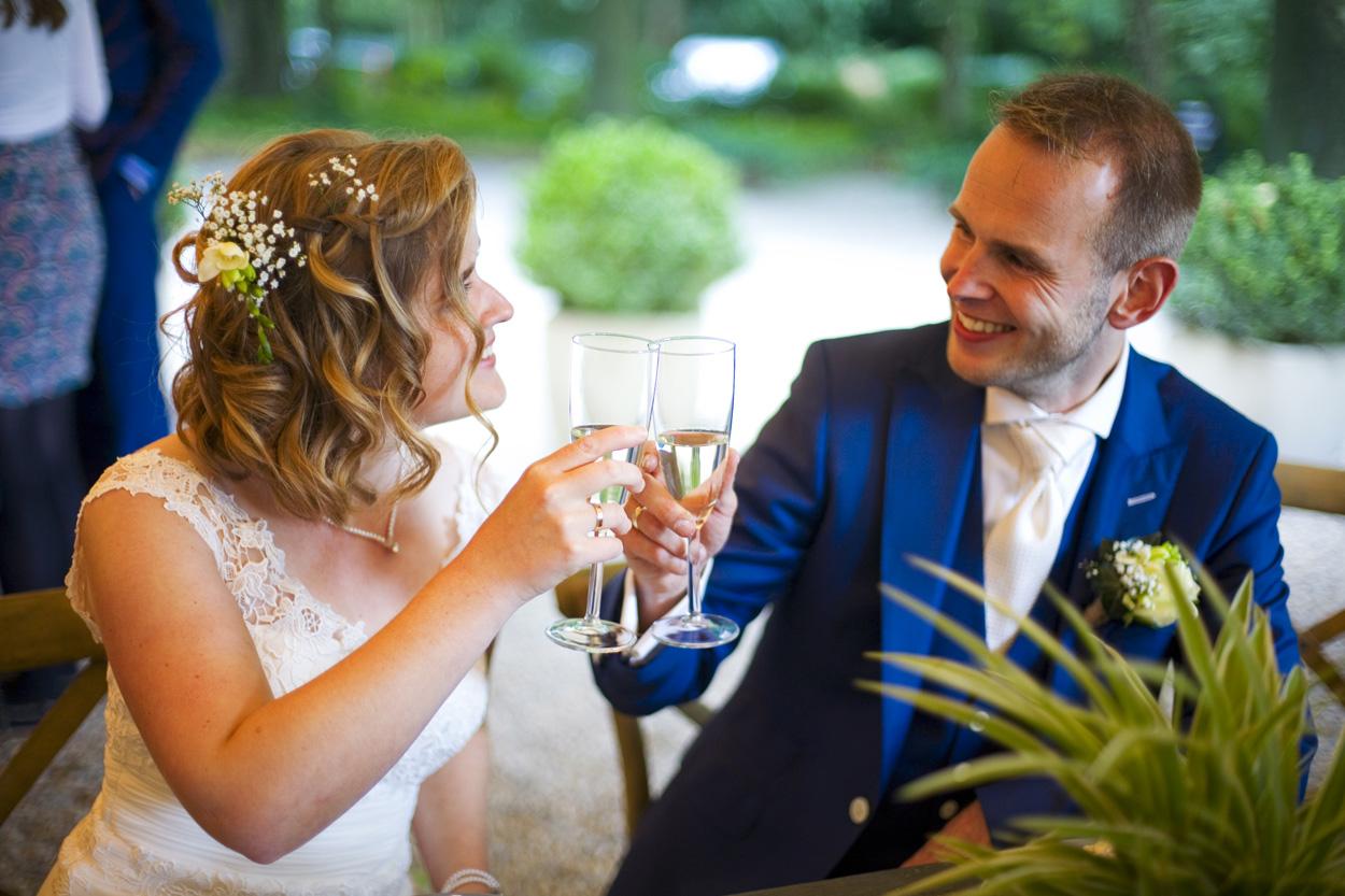 Bruidsfotografie bruiloft bruidspaar proosten champagne Dutch Amersfoort
