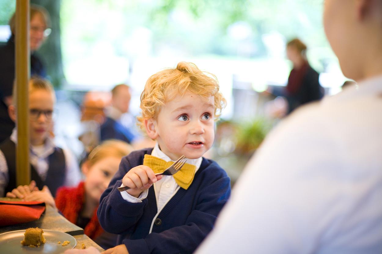 Bruidsfotografie bruiloft jongetje met strik bruidstaart Dutch Amersfoort