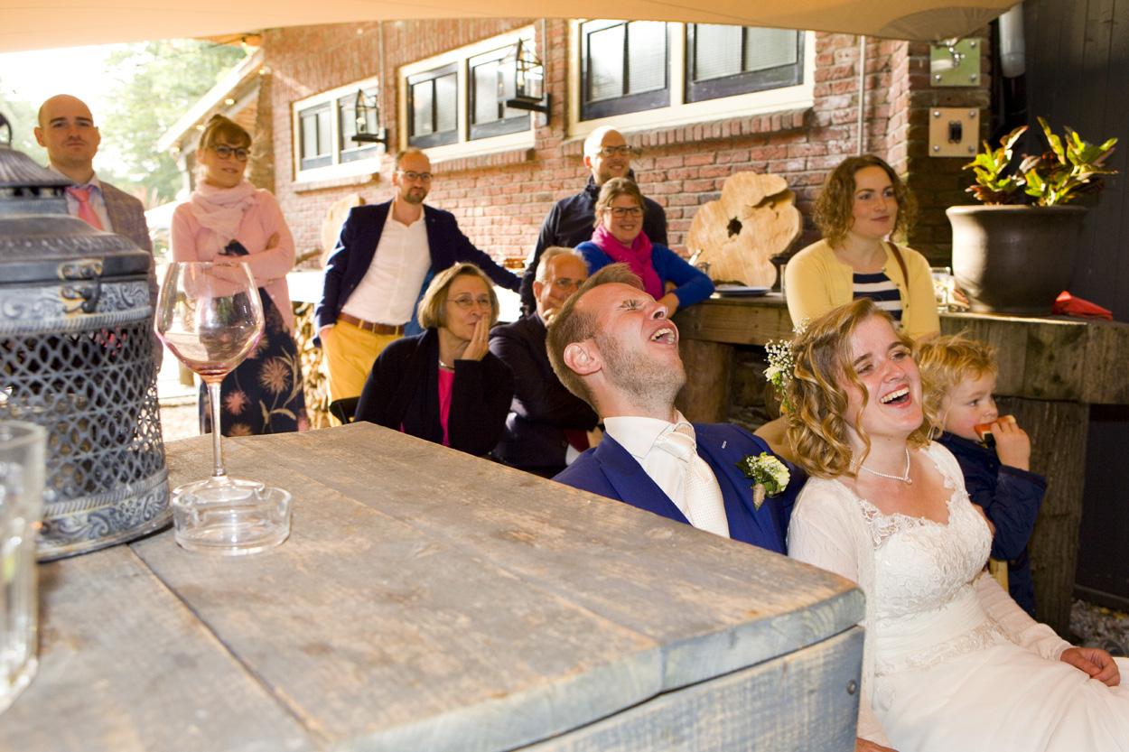 Bruidsfotografie bruiloft trouwfeest bruidspaar schaterlach Dutch Amersfoort