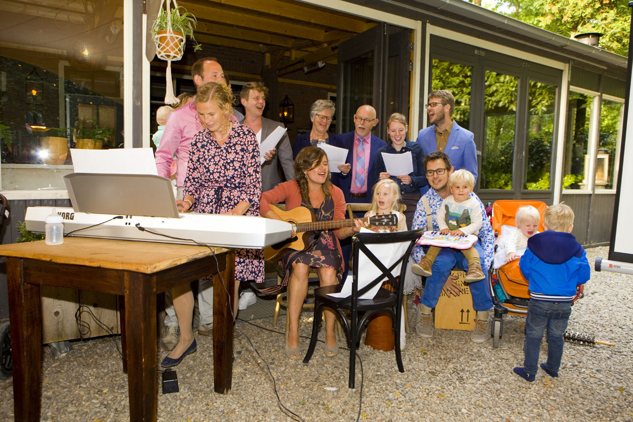 Bruidsfotografie bruiloft stukje gasten trouwfeest Dutch Amersfoort