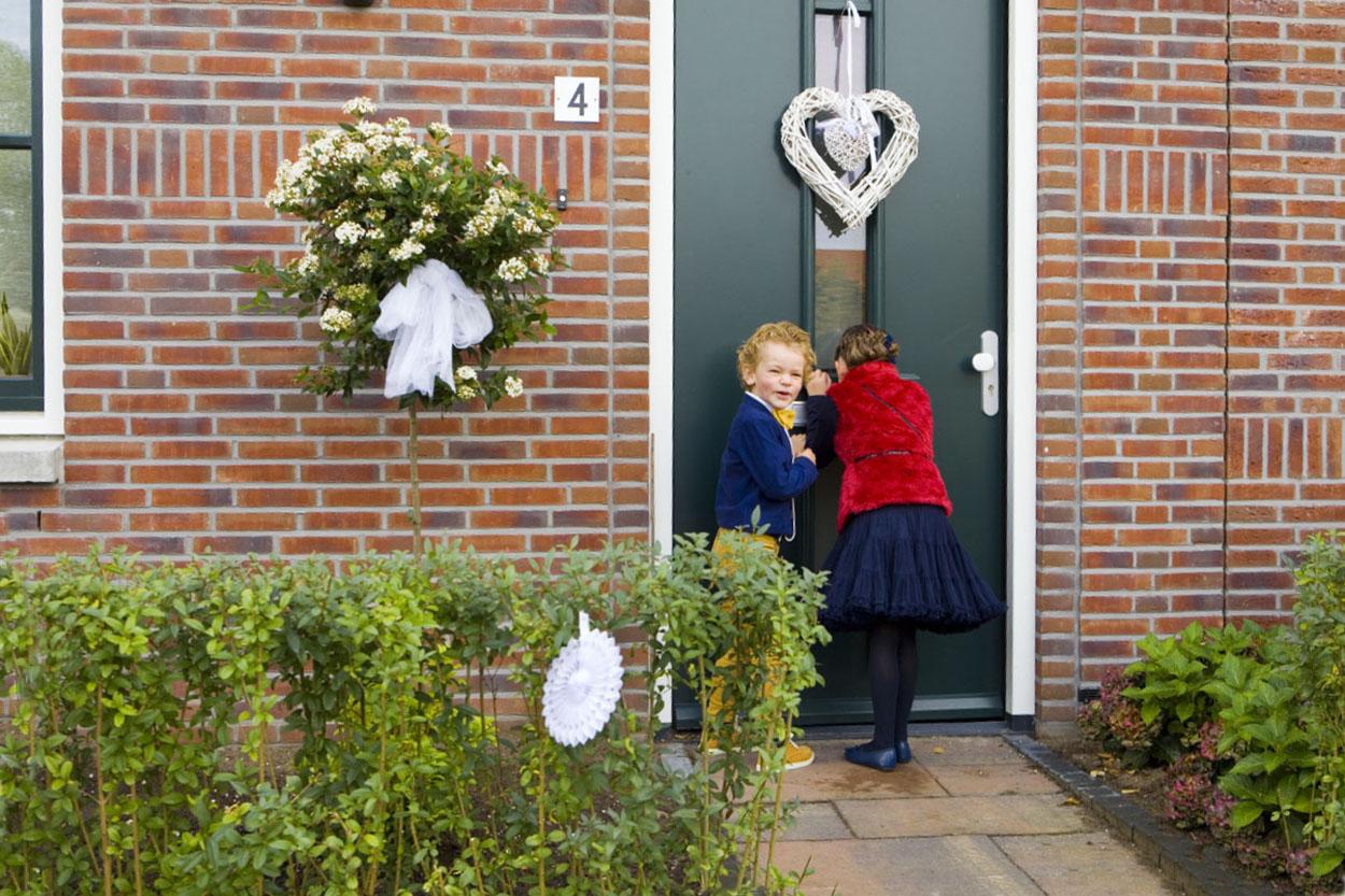 Bruidsfotografie bruiloft bruidskinderen voordeur Huis ter Heide