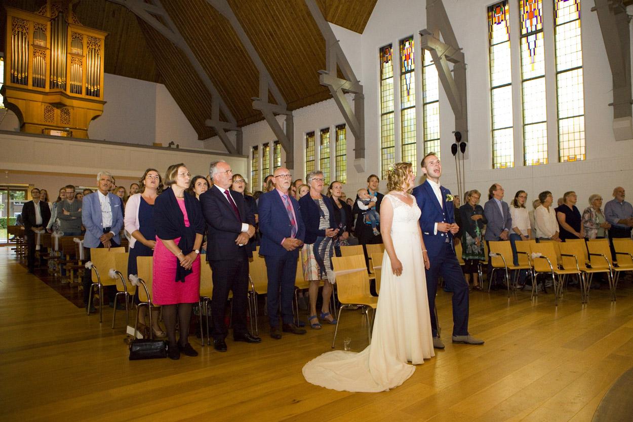 Bruidsfotografie bruiloft kerkelijke inzegening bruidspaar Gereformeerde Kerk Amersfoort
