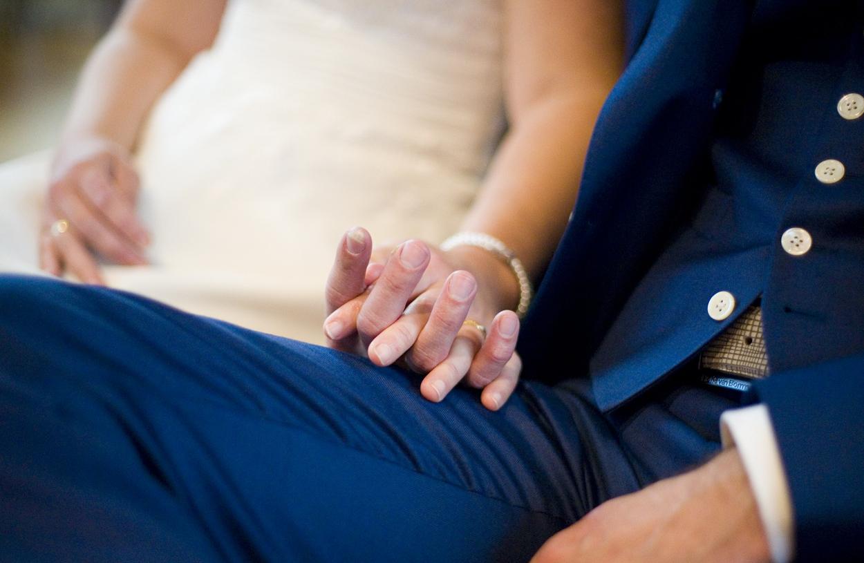 Bruidsfotografie bruiloft handen bruidspaar Gereformeerde Kerk Amersfoort