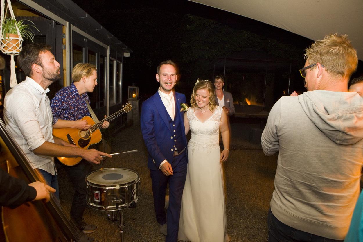 Bruidsfotografie bruiloft aankomst bruidspaar band Dutch Amersfoort