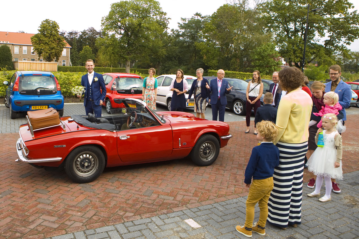 Bruidsfotografie bruiloft aankomst bruidegom trouwauto Alfa Spider