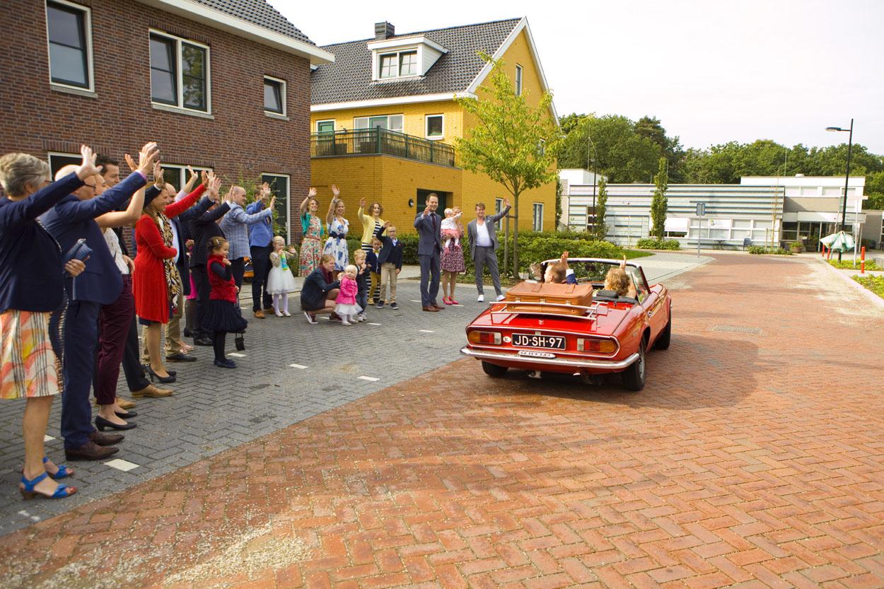 Bruidsfotografie bruiloft erehaag vertrek bruidspaar trouwauto Alfa Spider