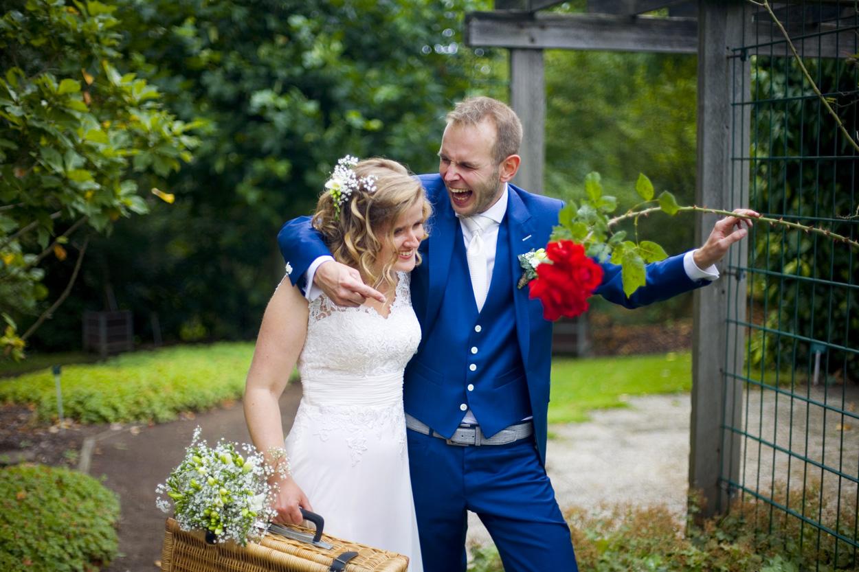 Bruidsfotografie bruiloft trouwreportage rode roos bruidspaar Botanische Tuinen Utrecht