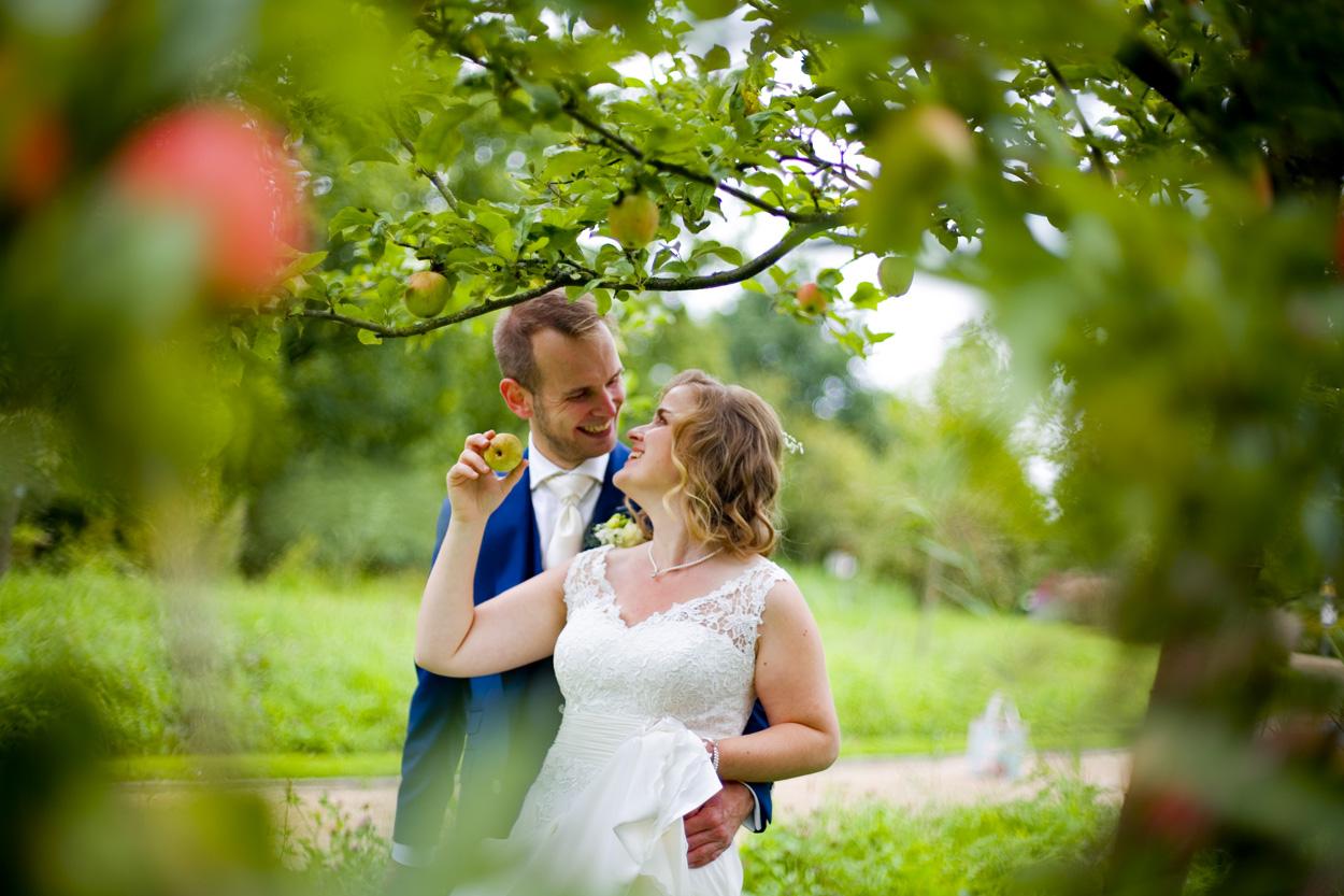 Bruidsfotografie bruiloft trouwreportage appel boomgaard bruidspaar Botanische Tuinen Utrecht