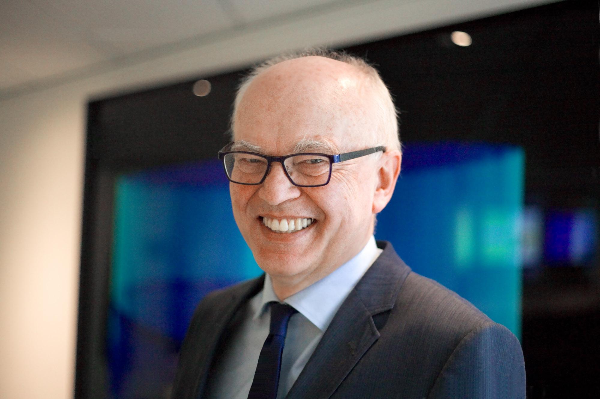 Profielfoto headshot man casual portret editorial zakelijke fotografie LinkedIn cv fotografie Den Haag