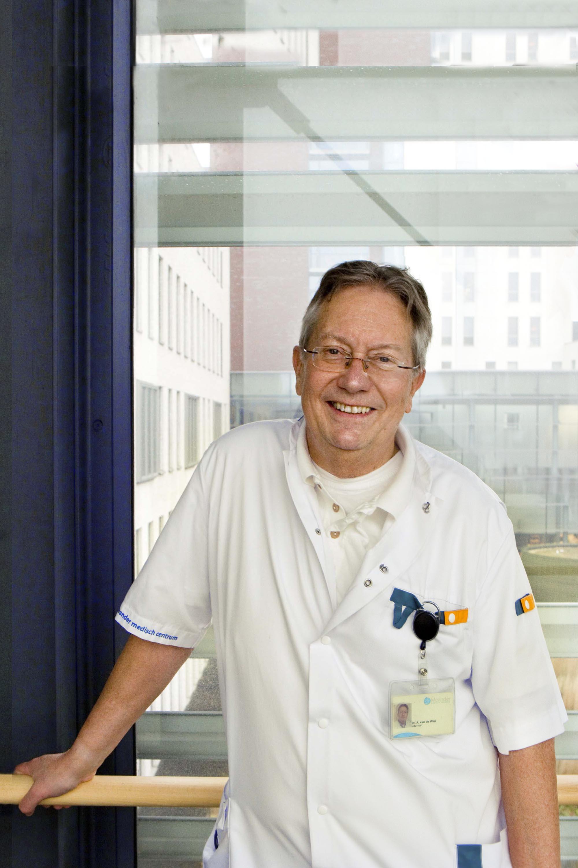 Profielfoto headshot man arts informeel portret zakelijke fotografie LinkedIn cv fotografie Den Haag