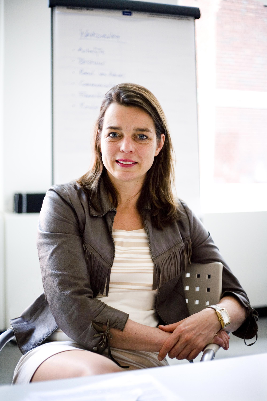 Profielfoto headshot vrouw casual portret editorial zakelijke fotografie LinkedIn cv fotografie Den Haag
