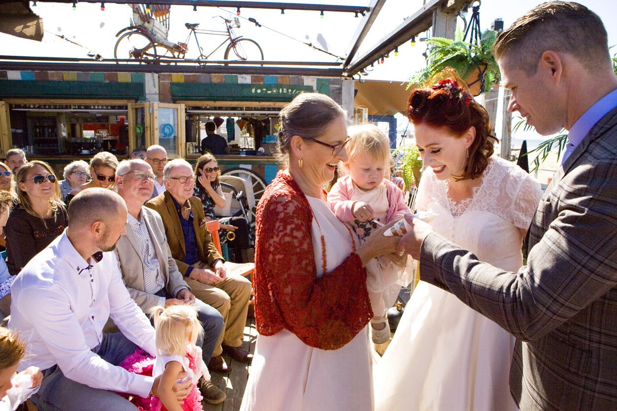 Spontane bruidsfotografie bruiloft ceremonie ringen geven strandbruiloft trouwreportage Beachclub Indigo Scheveningen