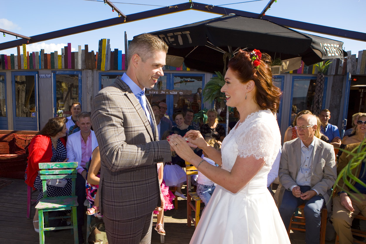 Spontane bruidsfotografie bruiloft ceremonie ringen uitwisselen strandbruiloft trouwreportage Beachclub Indigo Scheveningen