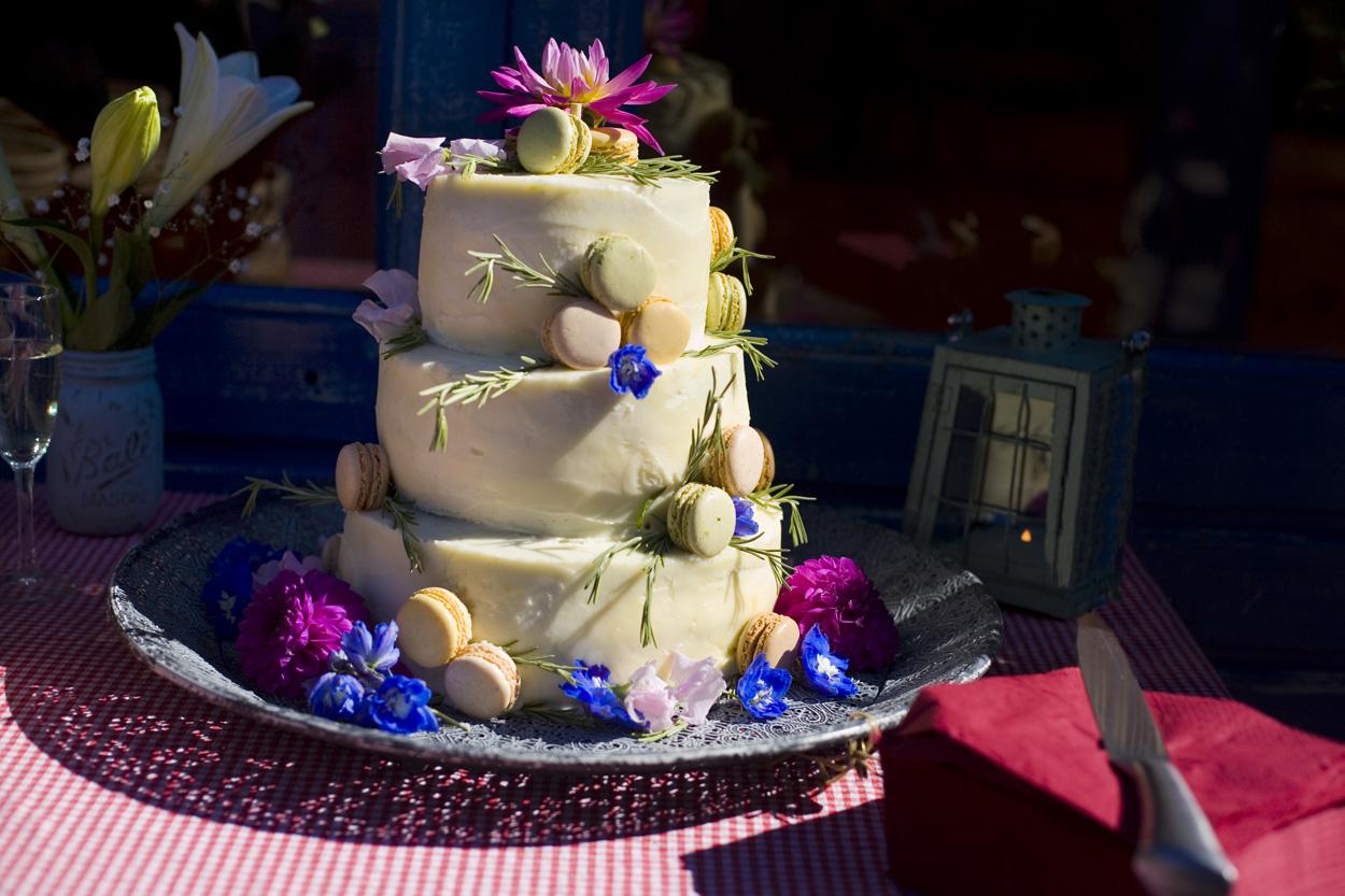 Spontane bruidsfotografie bruiloft bruidstaart witte chocolade macarons strandbruiloft trouwreportage Beachclub Indigo Scheveningen