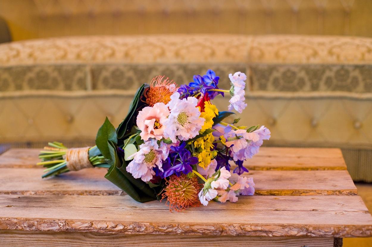 Spontane bruidsfotografie bruiloft trouwboeket bruidsboeket strandbruiloft trouwreportage Beachclub Indigo Scheveningen