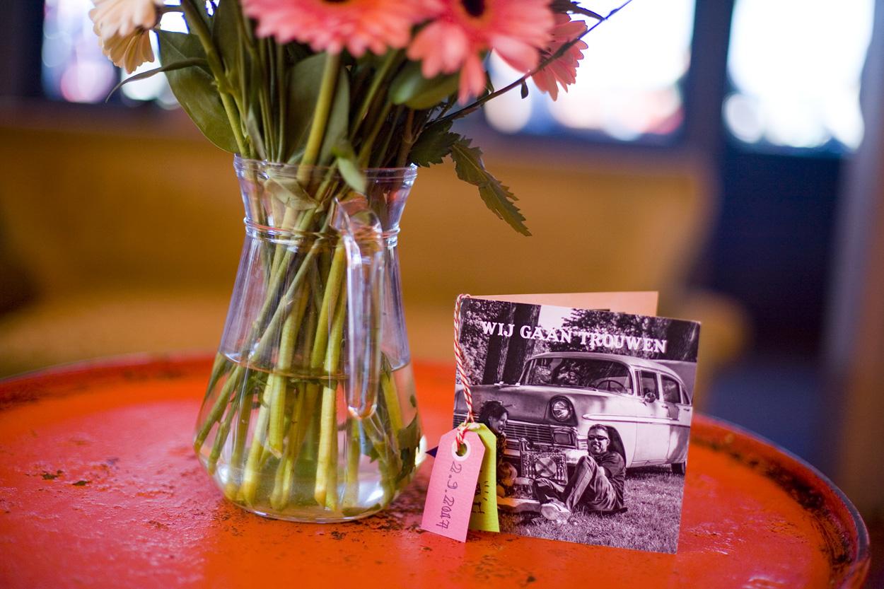 Spontane bruidsfotografie bruiloft uitnodiging trouwreportage Beachclub Indigo Scheveningen