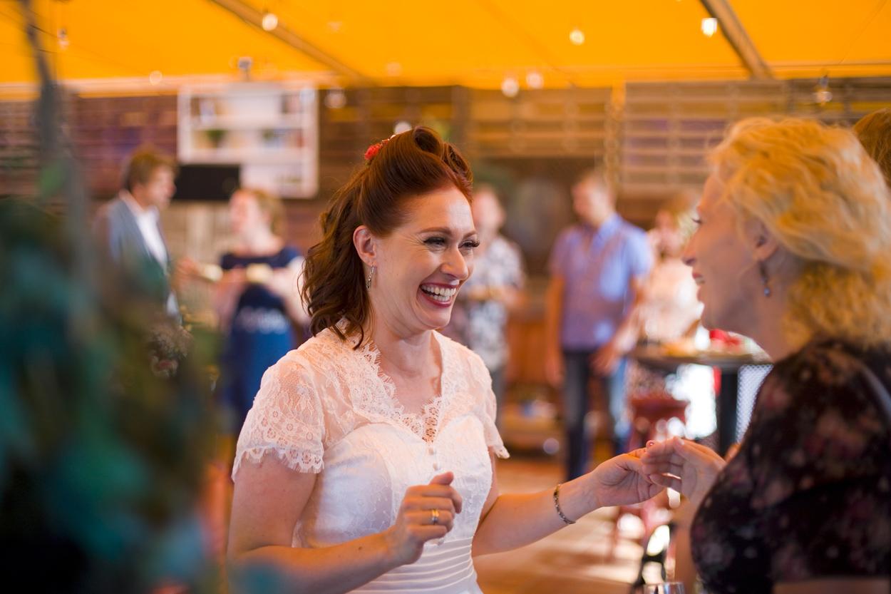 Spontane bruidsfotografie bruiloft receptie bruid strandbruiloft trouwreportage Beachclub Indigo Scheveningen