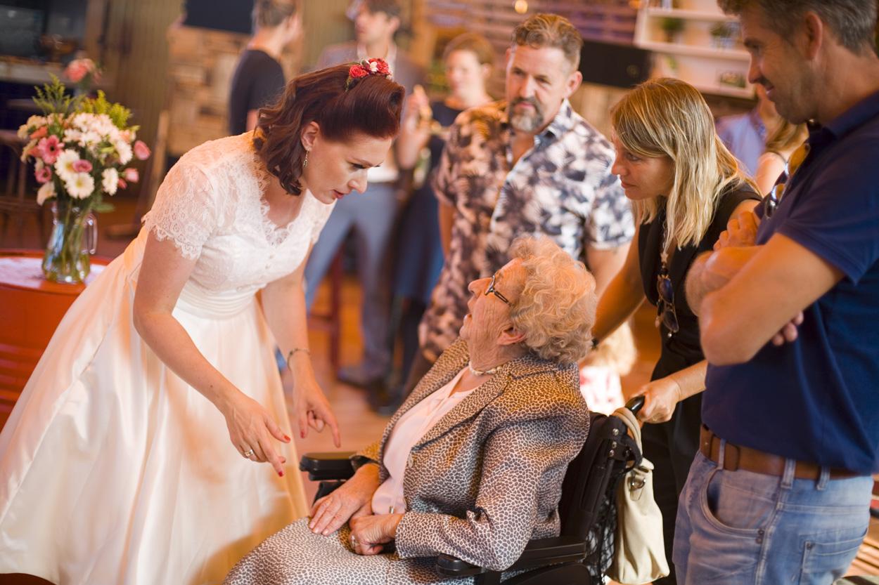 Spontane bruidsfotografie bruiloft bruid met oma in rolstoel trouwreportage Beachclub Indigo Scheveningen