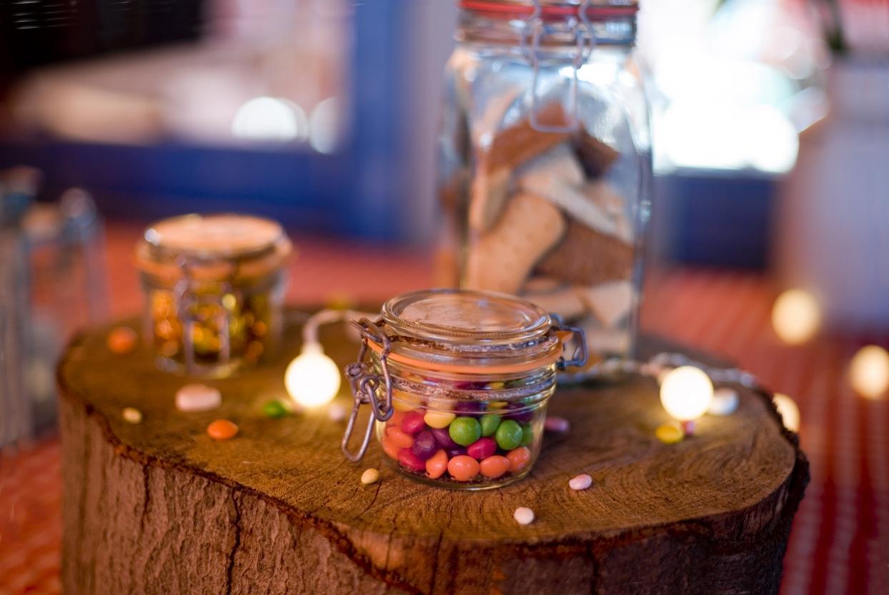 Spontane bruidsfotografie bruiloft sweet table sfeervol trouwreportage strandbruiloft Beachclub Indigo Scheveningen