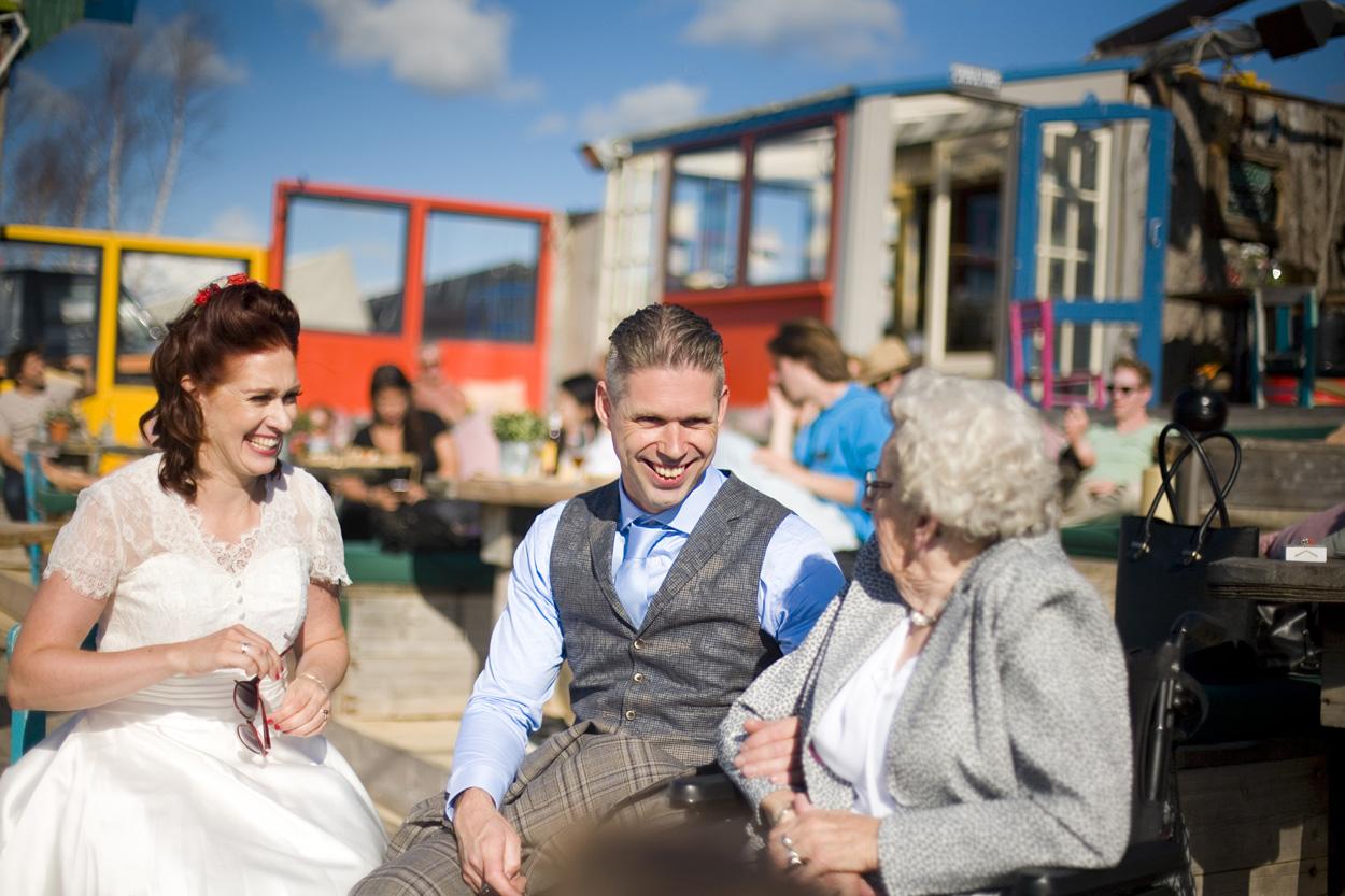 Spontane bruidsfotografie bruiloft bruidspaar met oma strandbruiloft trouwreportage Beachclub Indigo Scheveningen