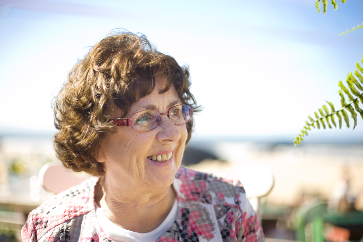 Spontane bruidsfotografie bruiloft moeder van de bruid strandbruiloft trouwreportage Beachclub Indigo Scheveningen