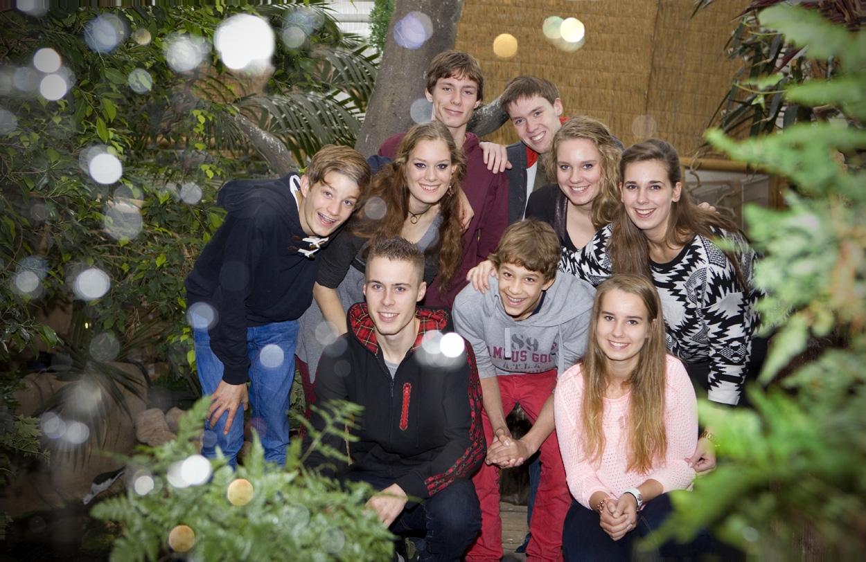 Familieportret kinderen tieners groepsportret binnen Avonturia Vogelkelder Den Haag