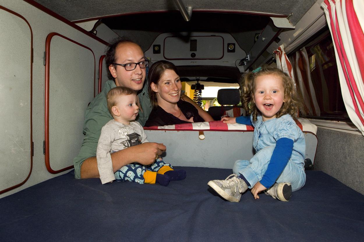 Foto gezinsportret familieportret binnen in camper VW kampeerbus Den Haag