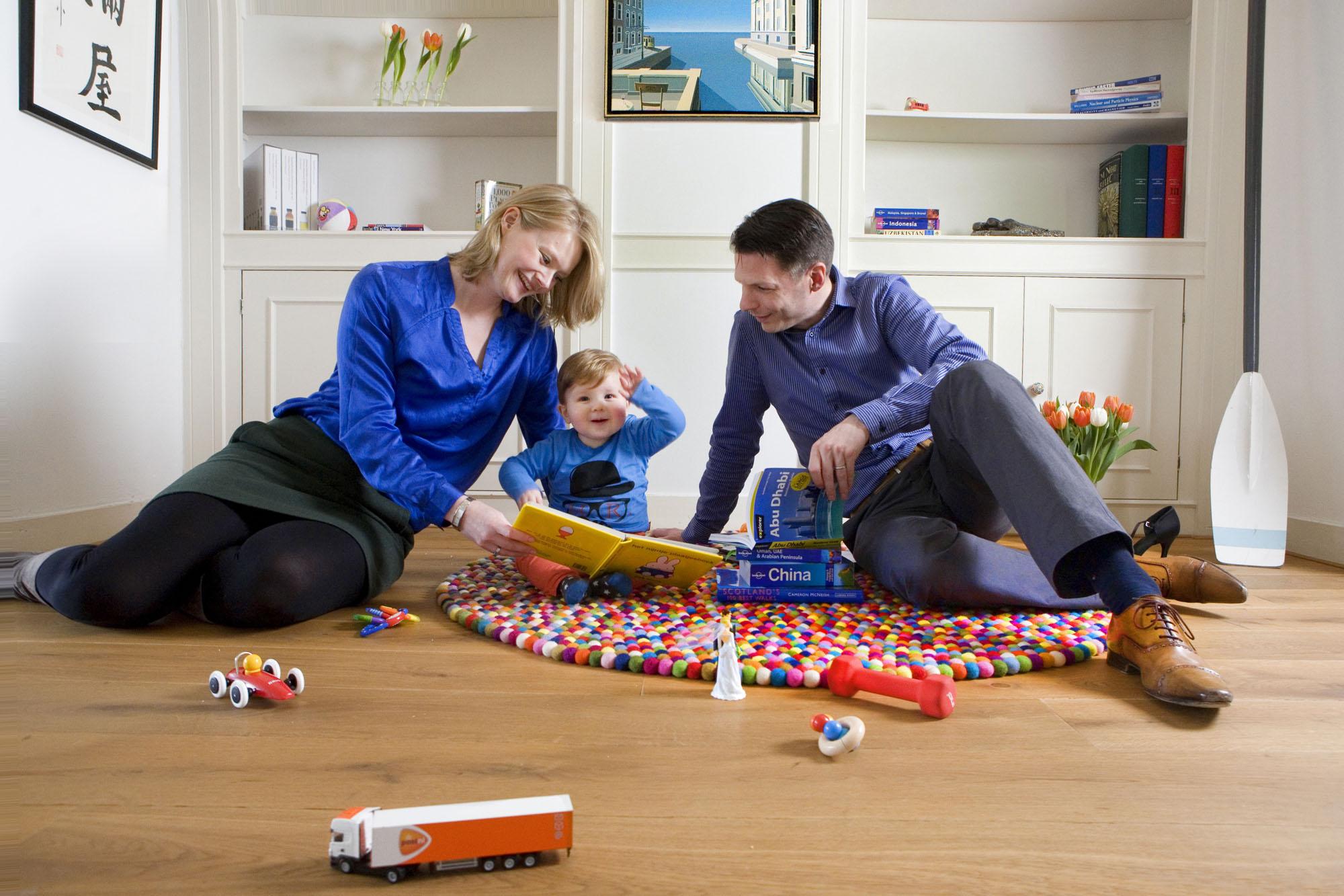 Foto gezinsportret familieportret met peuter binnen in woonkamer Den Haag