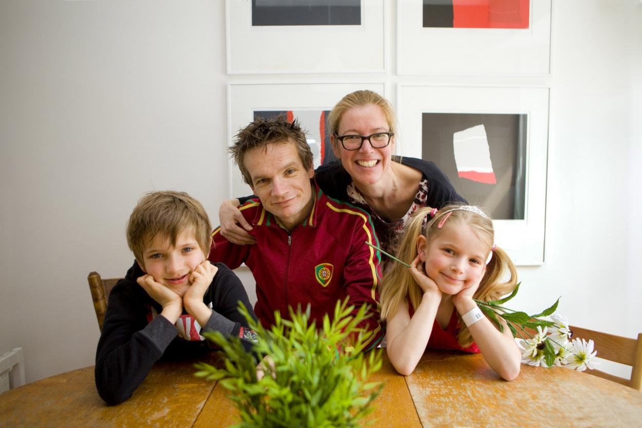 Foto gezinsportret familieportret binnen aan eettafel Den Haag