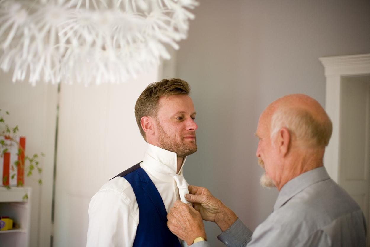 Bruidsfotografie Den Haag bruiloft aankleden bruidegom met vader thuis