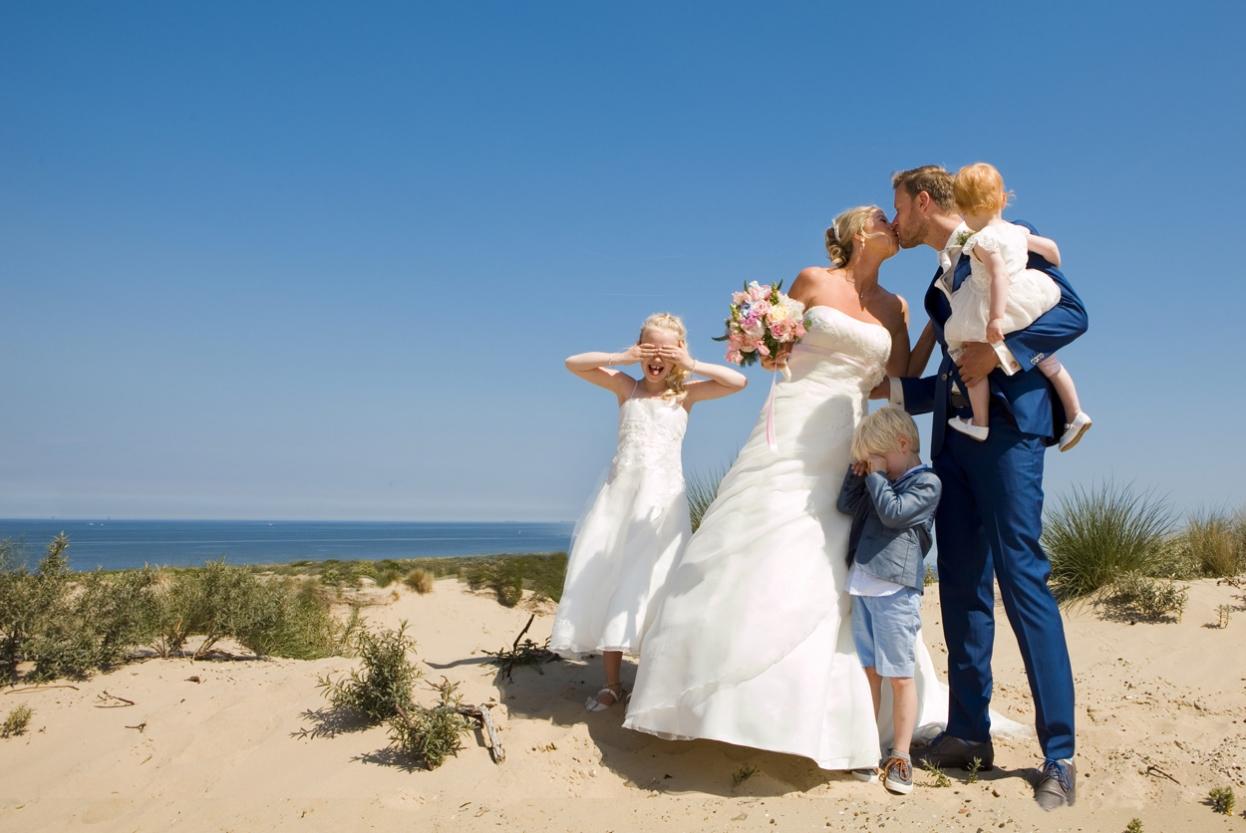Familieshoot trouwreportage duinen strand Scheveningen bruiloft bruidsfotografie Den Haag