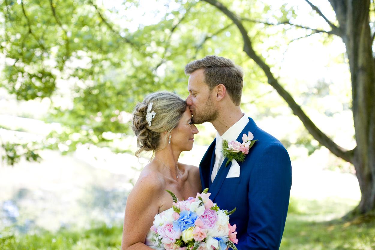trouwreportage Park Clingendael kus bruidspaar Bruiloft bruidsfotografie Den Haag