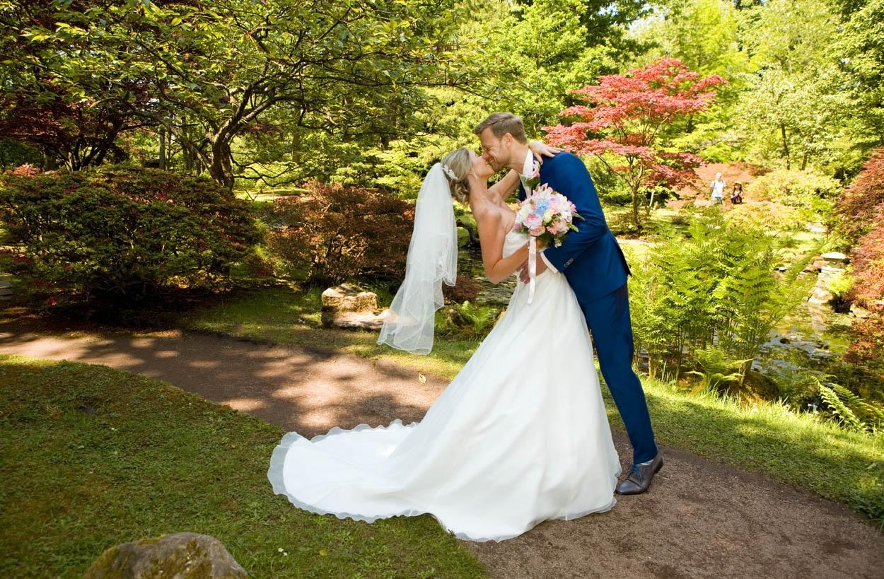Bruidsfotografie bruiloft trouwreportage kus bruidspaar Japanse Tuin Park Clingendael Den Haag