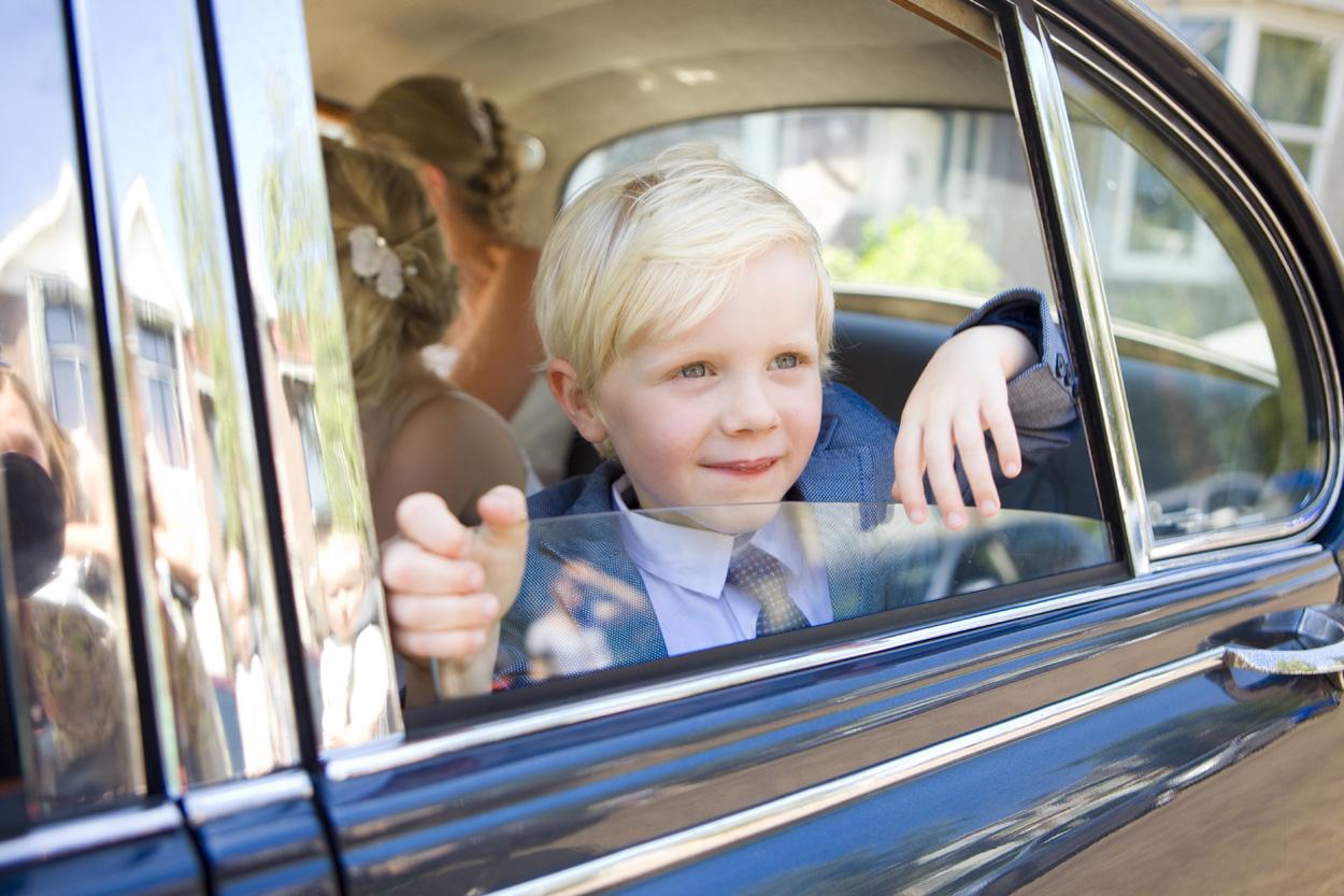 Bruidsfotografie Oude Stadhuis Den Haag bruiloft zoontje trouwauto Jaguar Mark II classic car