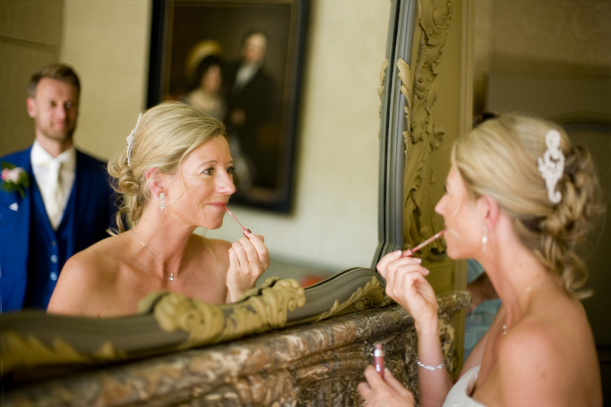 Bruidsfotografie Oude Stadhuis Den Haag  bruiloft bruid make-up spiegel Oude Stadhuis Den Haag