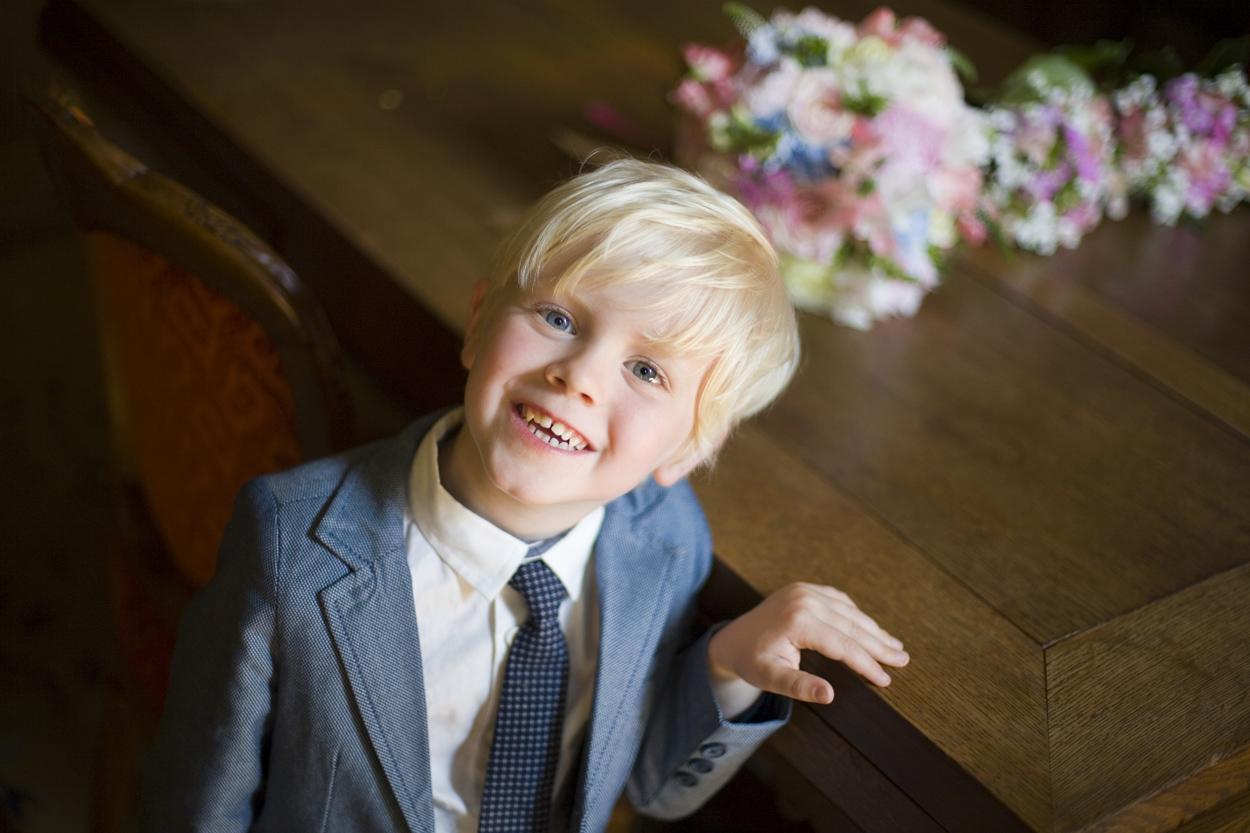 Bruidsfotografie Oude Stadhuis Den Haag bruiloft zoontje kind trouwkleding