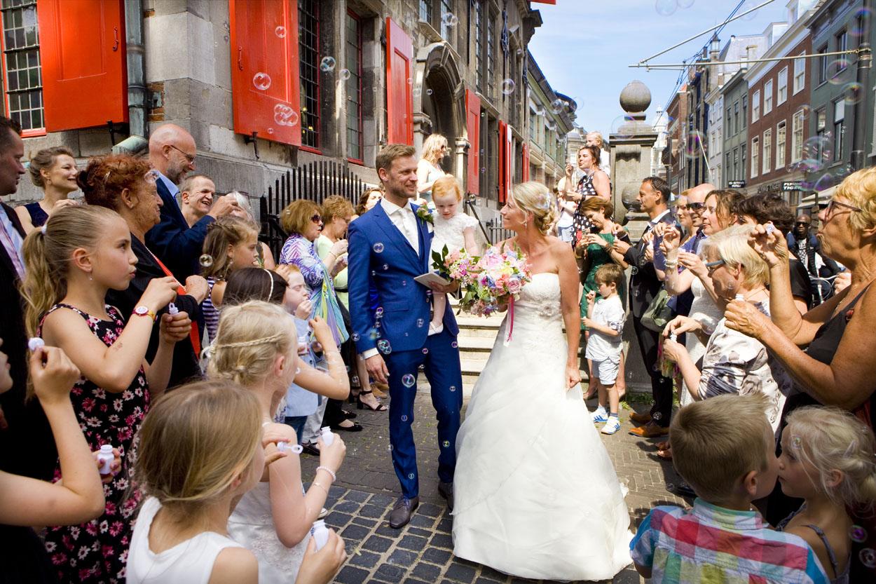 Bruidsfotografie bruiloft bruidspaar erehaag gasten bellenblaas Oude Stadhuis Den Haag