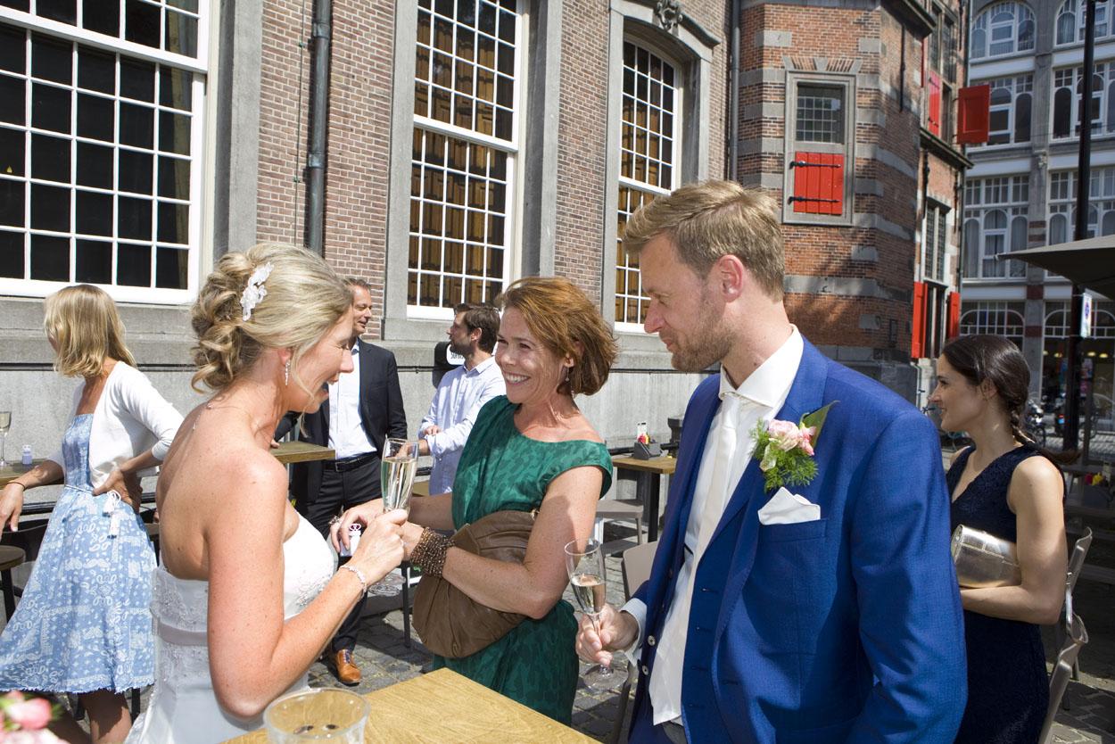 Bruidsfotografie bruiloft bruidspaar proosten Beergarden Den Haag
