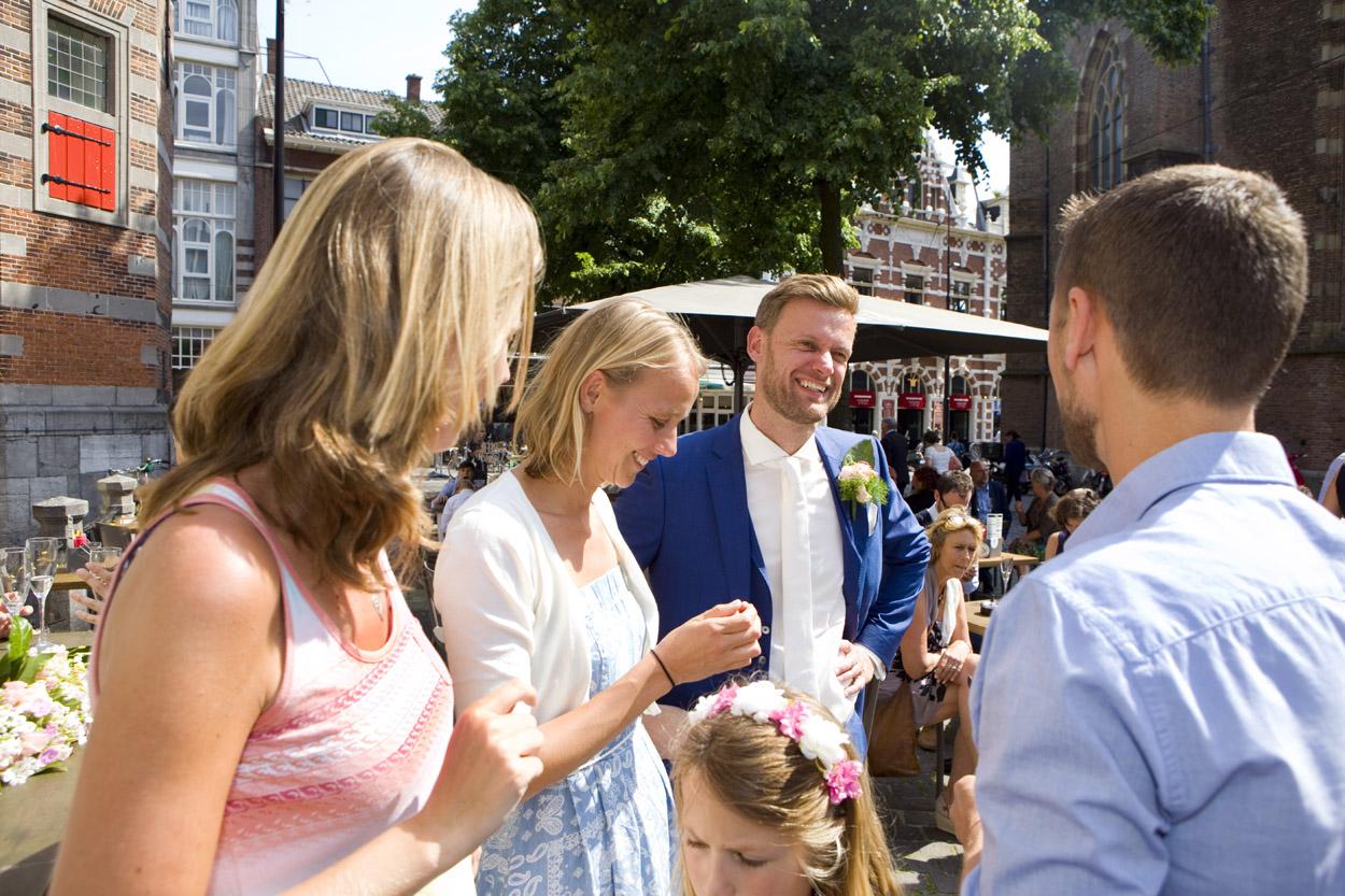 Bruidsfotografie bruiloft bruidegom gasten borrel Beergarden Den Haag