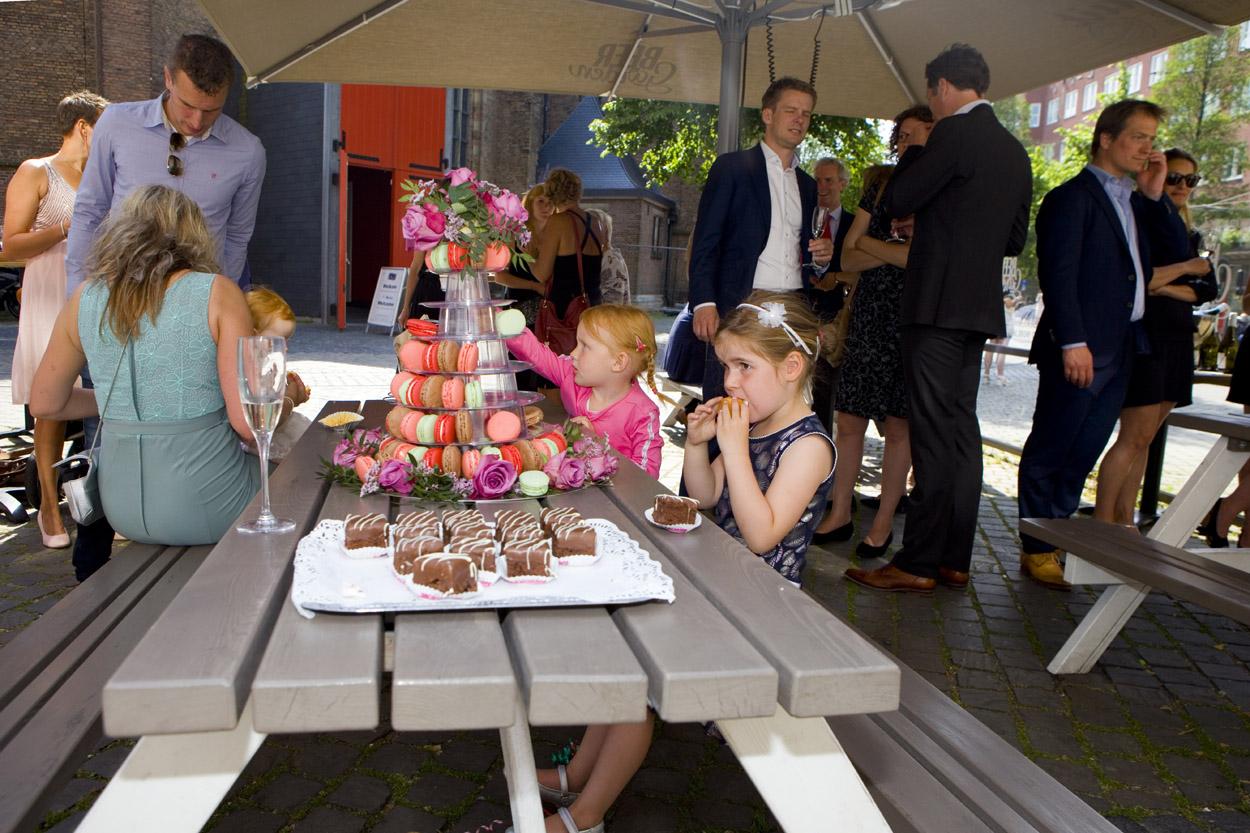 Bruidsfotografie bruiloft bruidstaart macarons kinderen Beergarden Den Haag