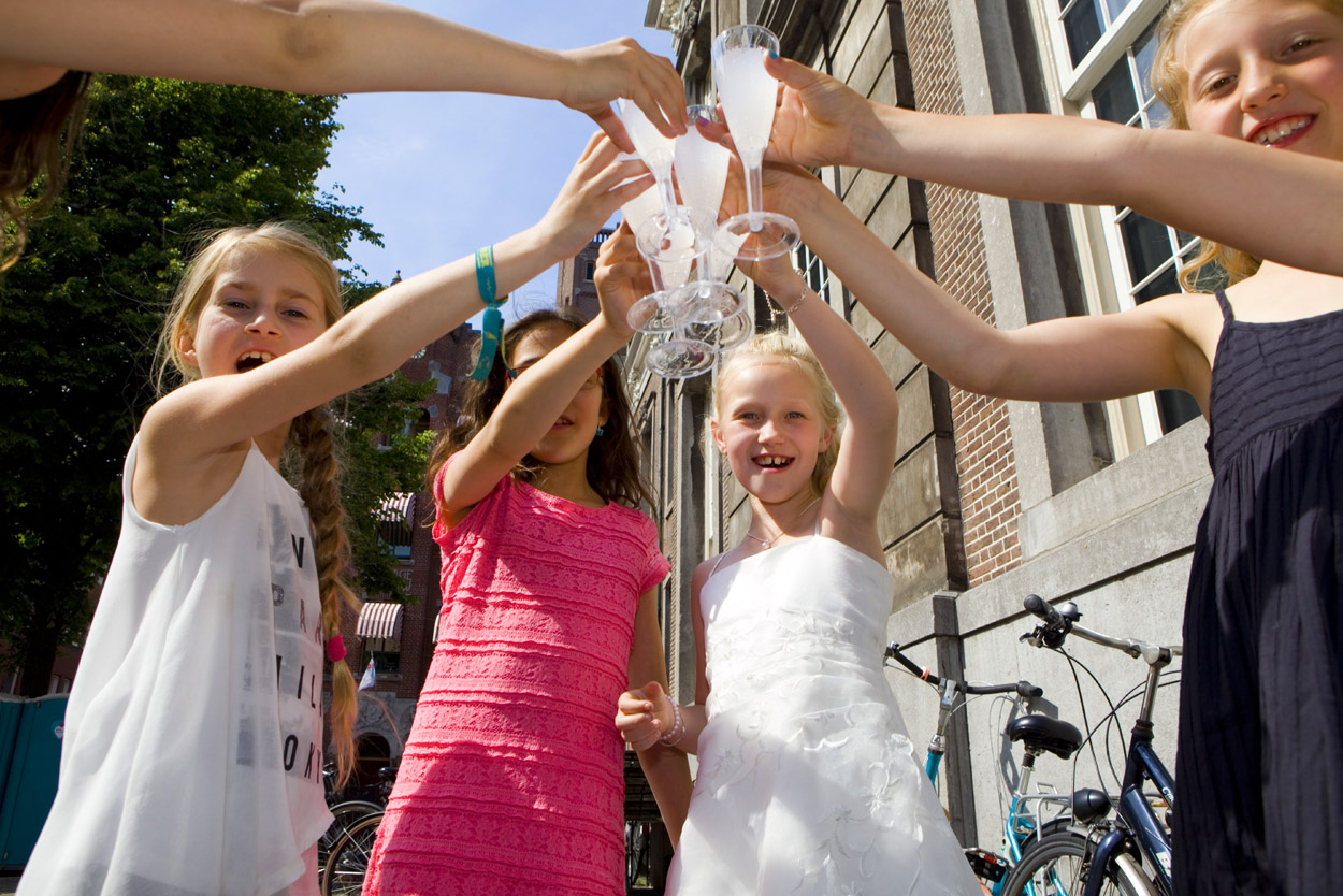 Bruidsfotografie bruiloft meisjes proosten Beergarden Den Haag