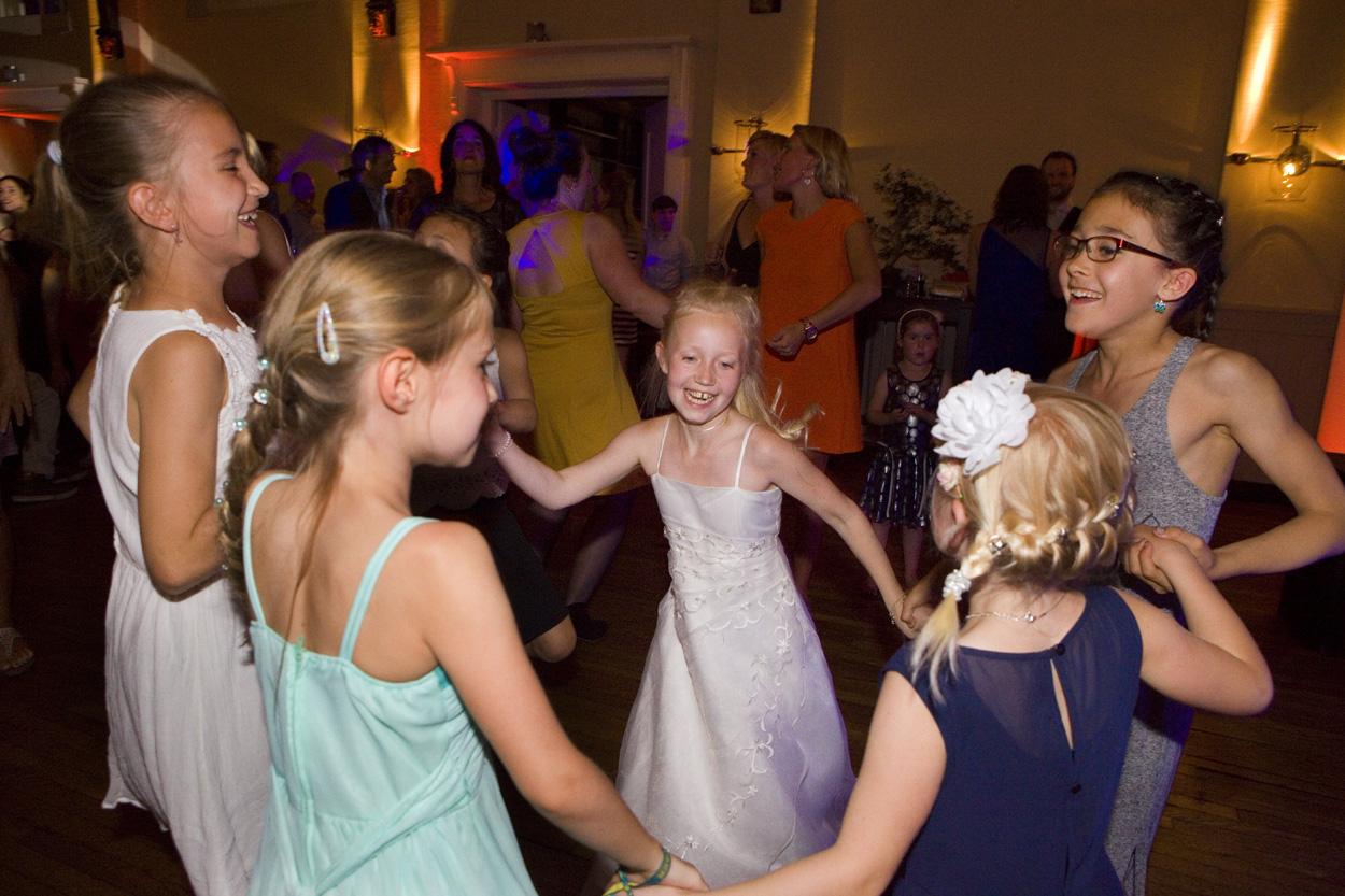 Bruidsfotografie bruiloft trouwfeest dansen kinderen De Lindenhof Delft