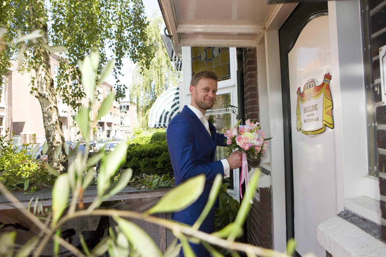 Aanbellen bruidegom ophalen bruid thuis bruidsfotografie bruiloft Den Haag  Oude Stadhuis ophalen bruid thuis