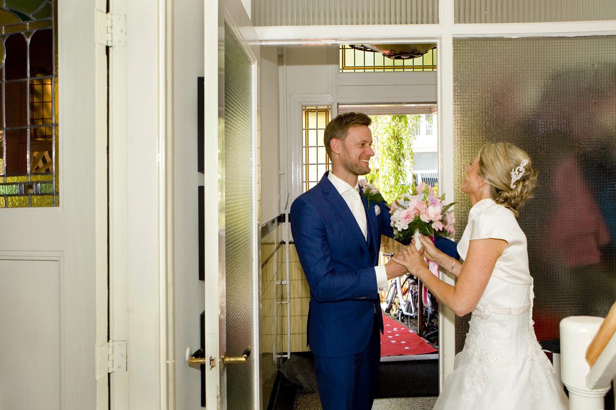 bruidegom ophalen bruid thuis first look Bruiloft bruidsfotografie Den Haag  Oude Stadhuis
