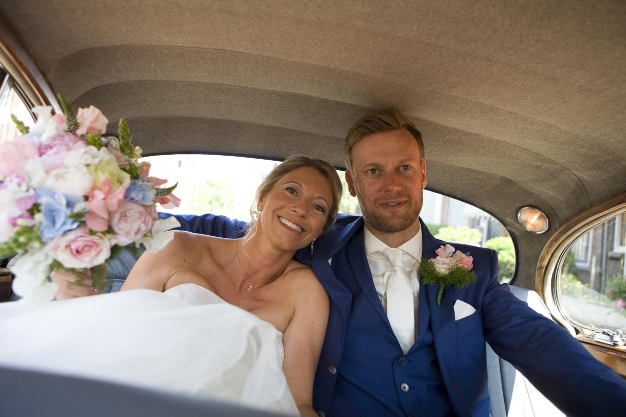 Bruiloft bruidsfotografie Den Haag  Oude Stadhuis bruidspaar trouwauto onderweg