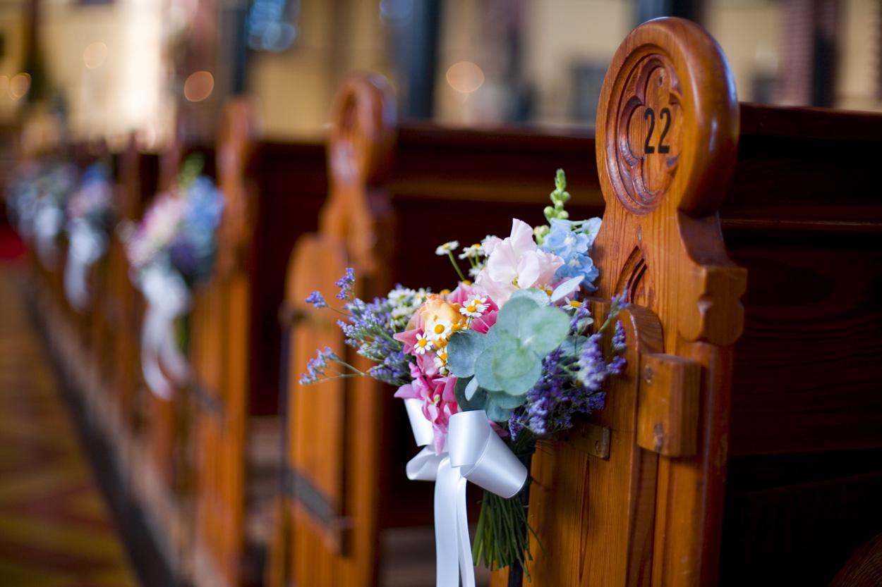 Spontane trouwfoto's Bruidsfotografie decoraties bloemen bruiloft kerkelijke inzegening Joannes de Doperkerk Katwijk aan Zee