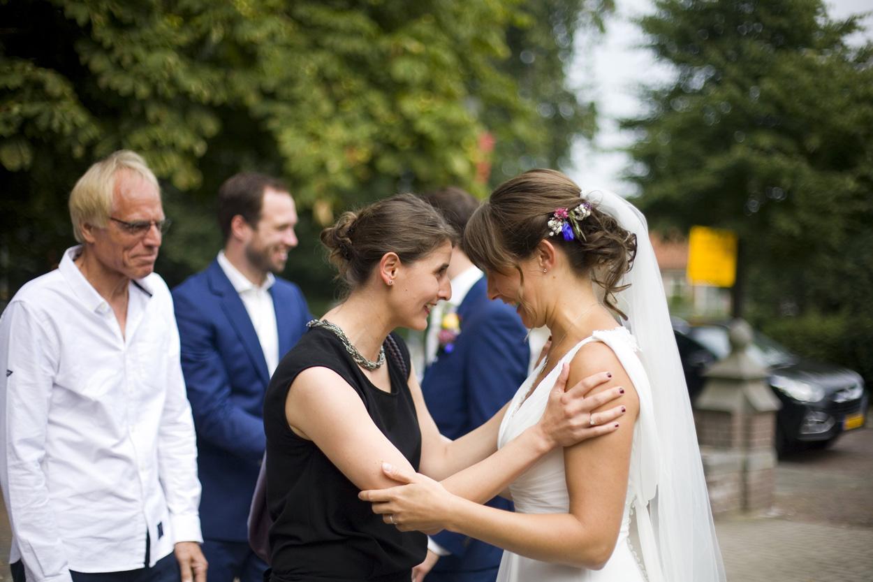 Spontane trouwfoto's bruidsfotografie bruiloft felicitaties Joannes de Doperkerk Katwijk aan Zee